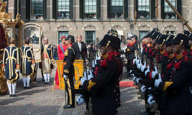 Waarom groet de Koning op Prinsjesdag het vaandel?
