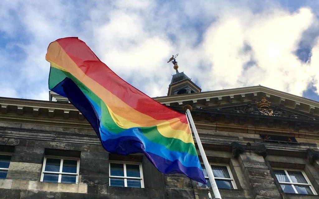 Nederland hijst de regenboogvlag